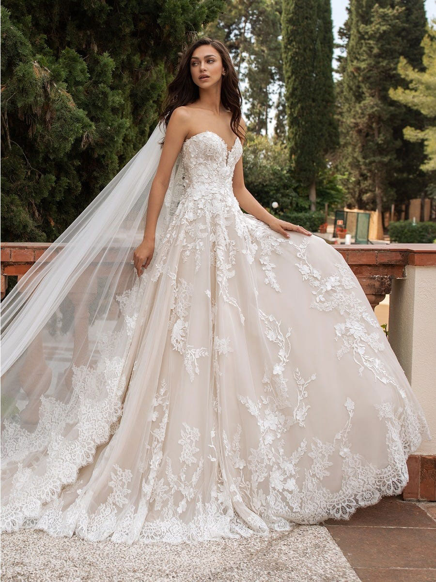 Elegant princess dress, sweetheart neckline, strapless and open back