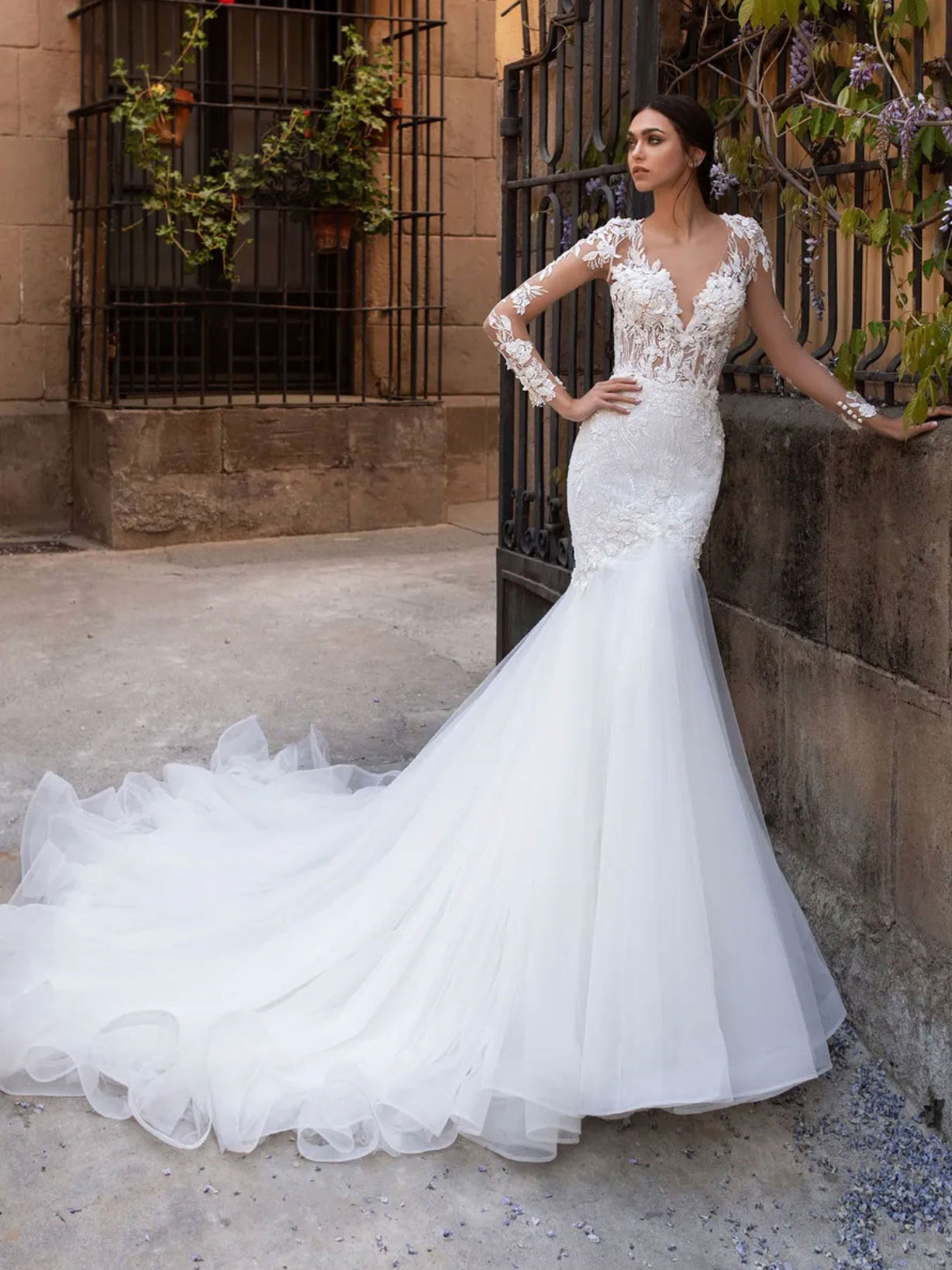 Mermaid wedding dress with V-neck, a tattoo-effect back and long sleeves