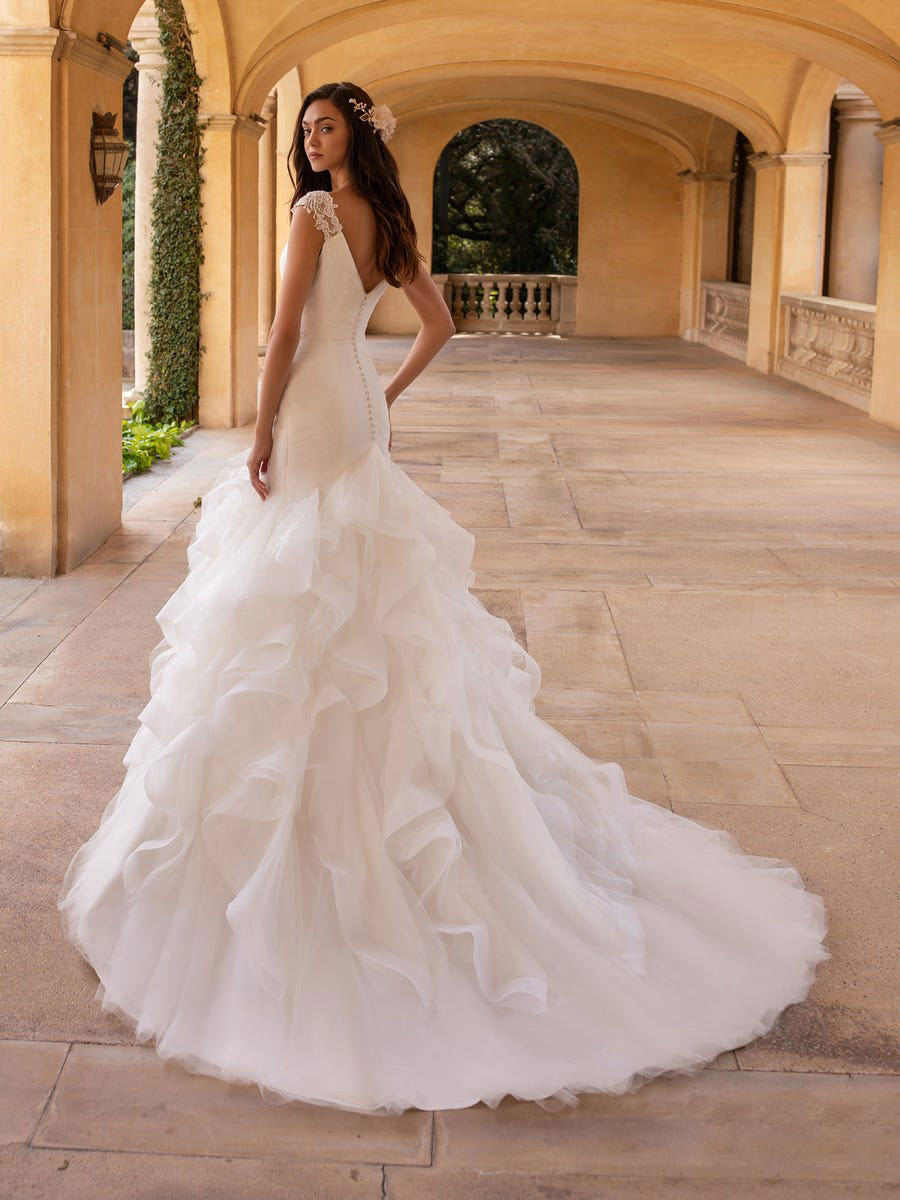 Bridal dress in tulle with mermaid cut and off-the-shoulder sleeves
