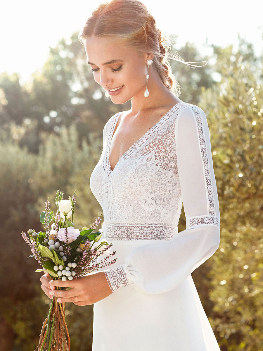 Bohemian princess gown in a classy V-neckline and with long sleeves