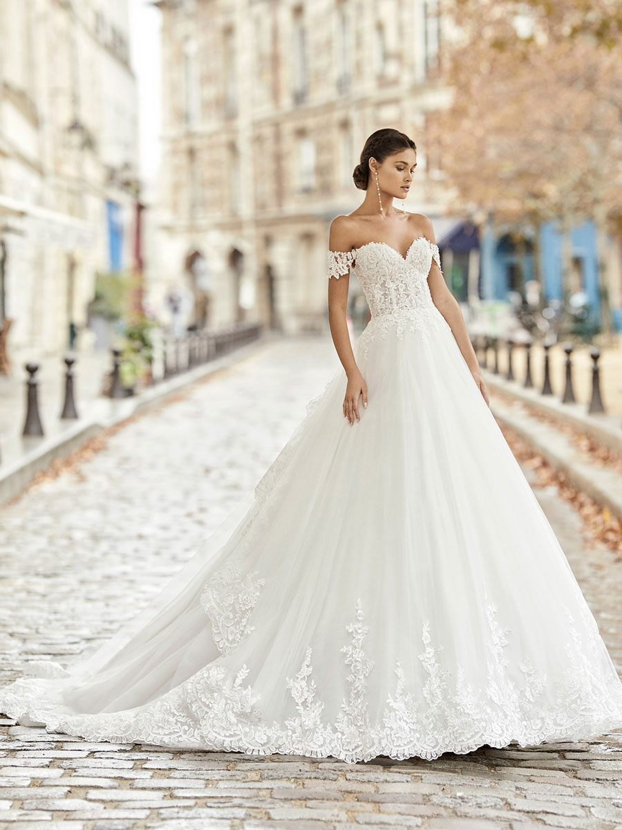 Romantic princess-style wedding dress.
