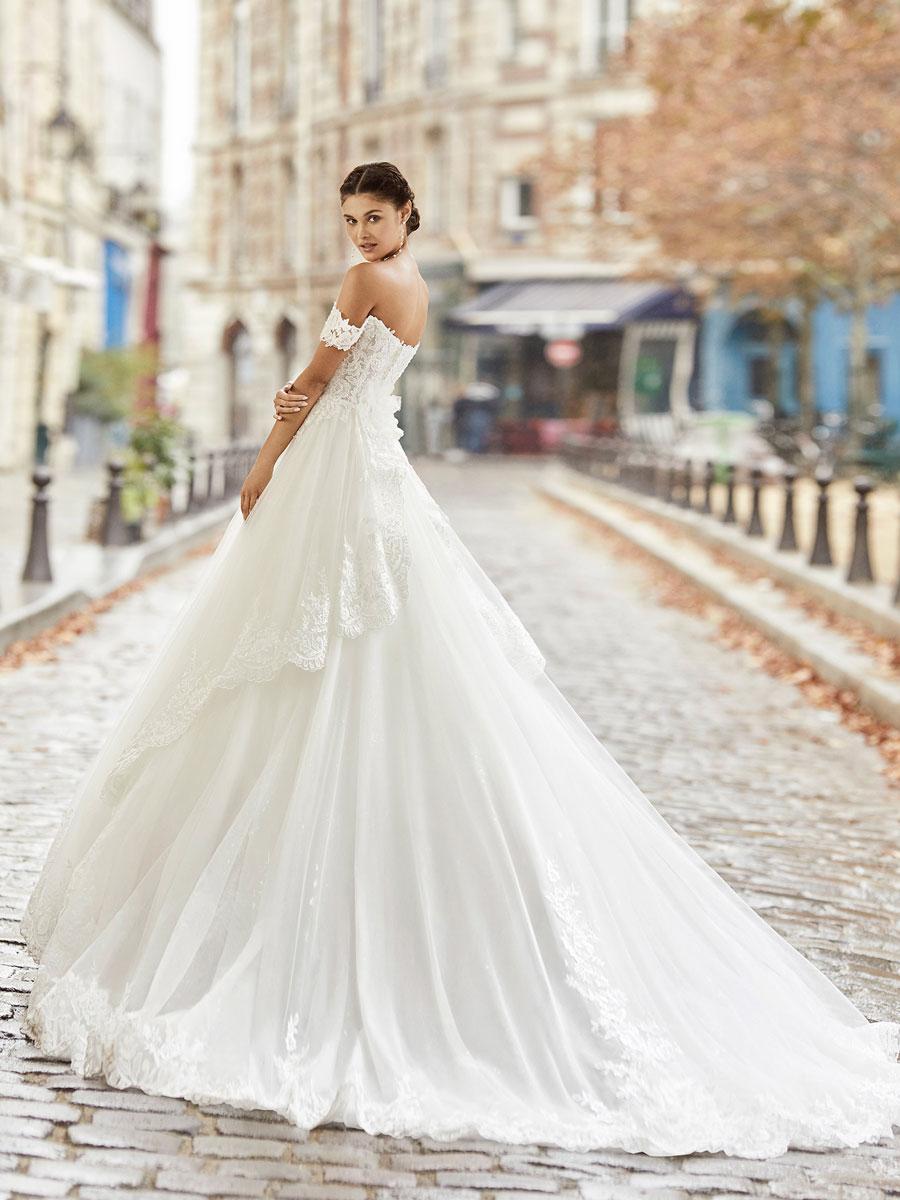 Romantic princess-style wedding dress.