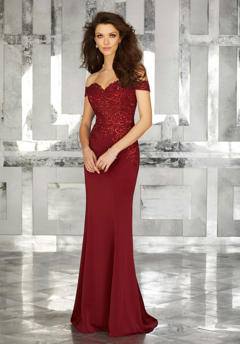 Crepe evening dress with lace appliqués