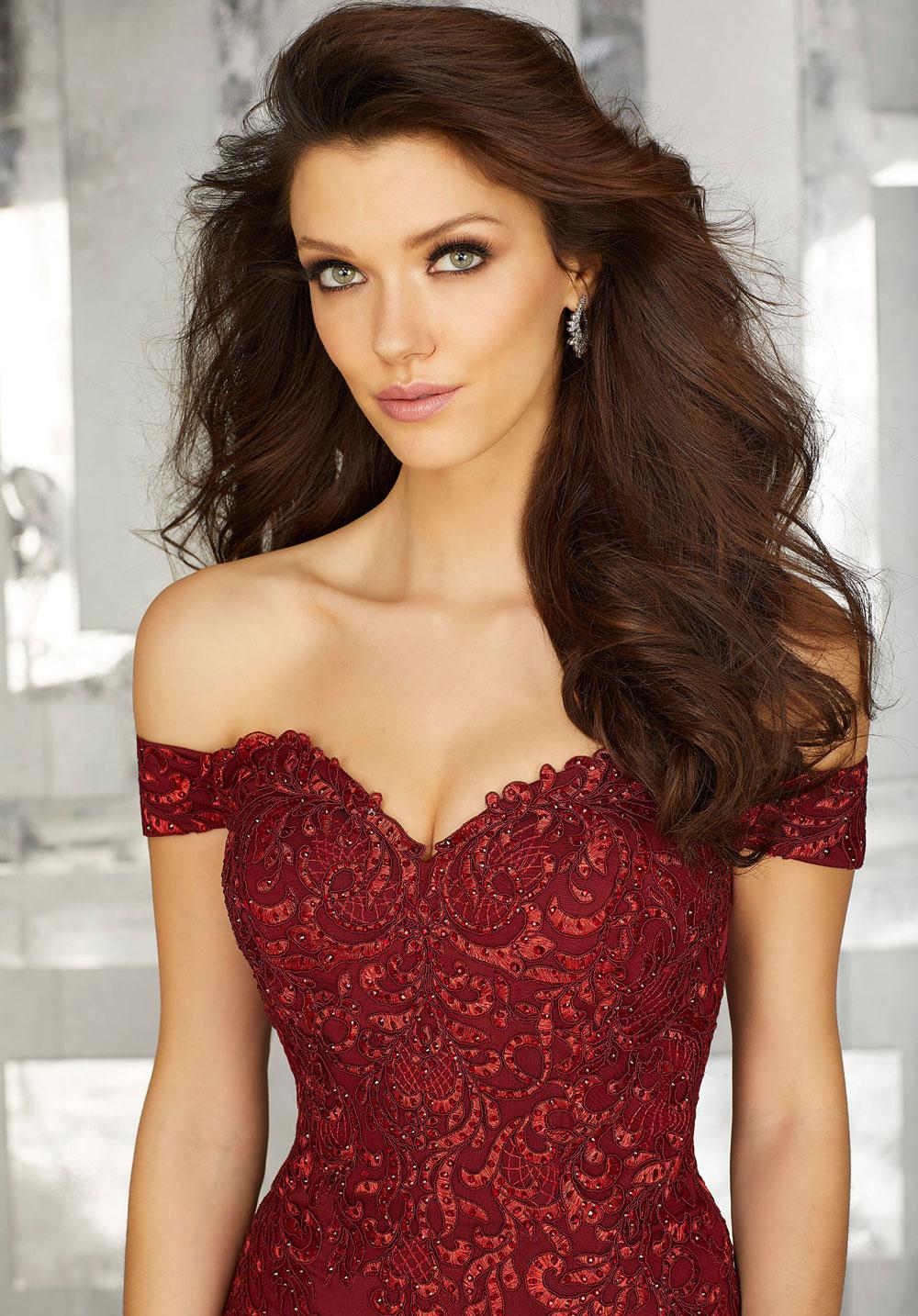 Crepe evening dress with lace appliqués